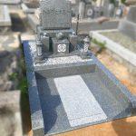 インド産アーバングレーの洋型墓石を建立させていただきました。細部にもこだわったバリアフリーのお墓、姫路市仁豊野自治会墓地にて
