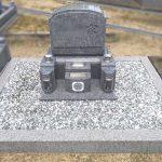 香川県産庵治石細目のシンプルな洋型墓を建立。最高級の庵治石が際立つ仕上がり。姫路市打越の自治会墓地にて
