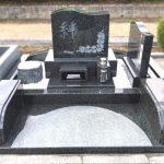 姫路西霊苑にて、インド産M1H(濃緑御影石)のお墓を建立。お花の立体彫刻で、シンプルながらも華やかなお墓