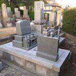 姫路市のお寺様墓地にて、お墓の整理・建て替えのリフォーム工事。インド産アーバングレーの洋型墓石を新設、階段を設置